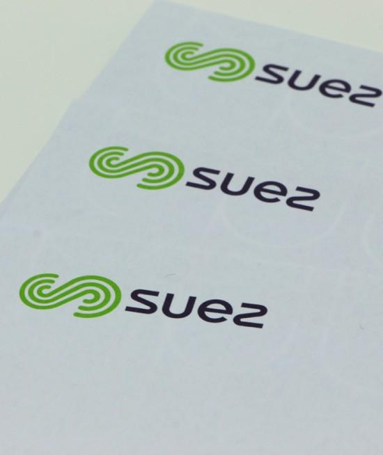 SUEZ Logo - Impression FEM IMPRIMEURS - Imprimerie Offset Val-de-Marne